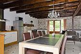 Lange eettafel met open keuken