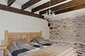 Tweepersoons slaapkamer vakantiehuis Limousin met boxspringbedden