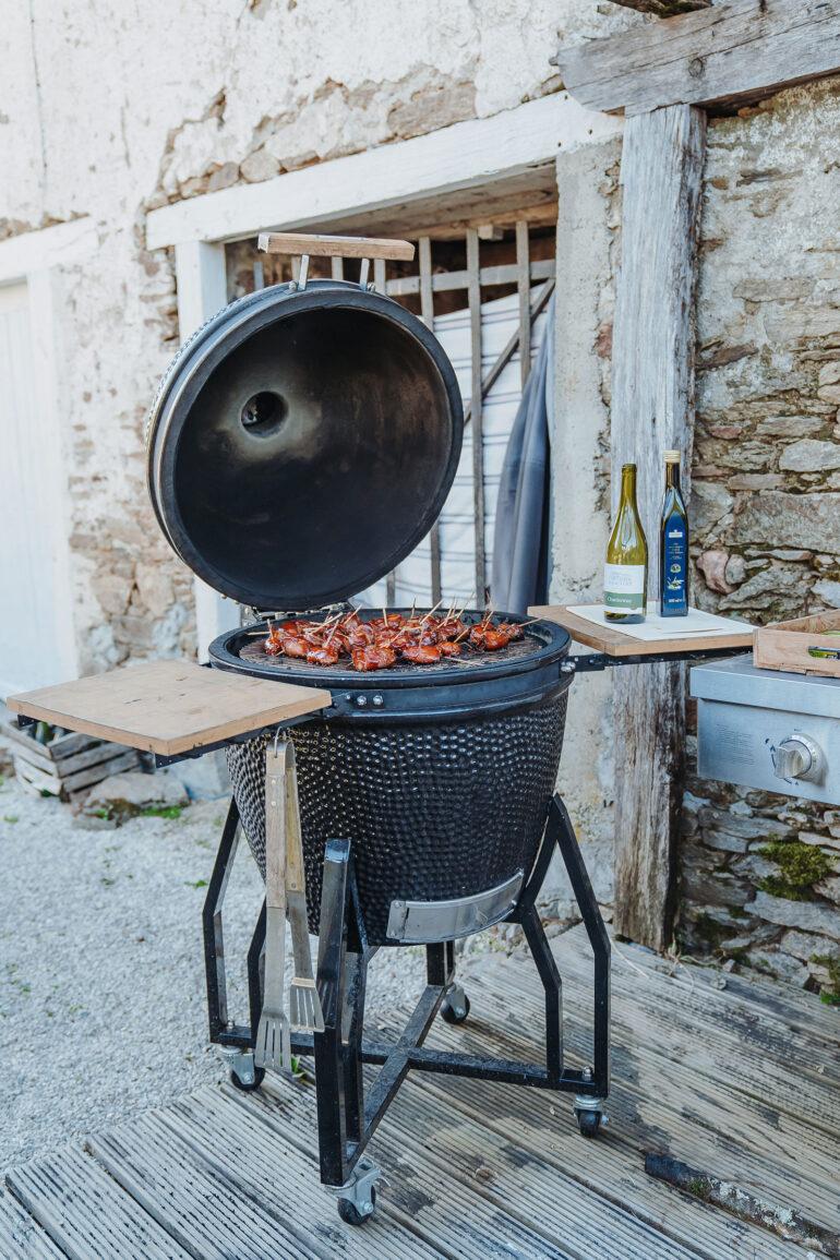 BBQ plek met o.a. de keramische Kamado houtskool BBQ en slow cooking steen