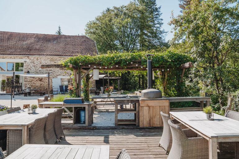 Binnenplaats La-Bastide eten en loungen