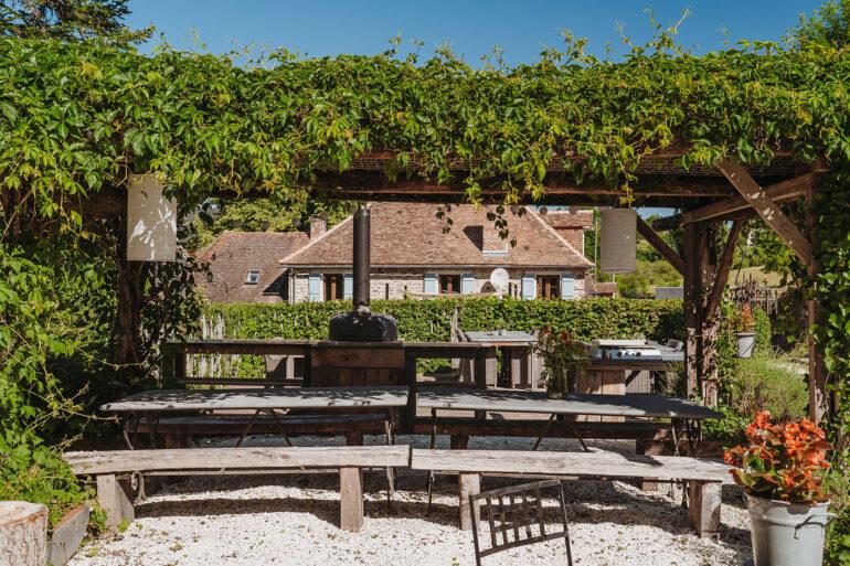 Binnenplaats La-Bastide eten en loungen in de schaduw gezellig samen