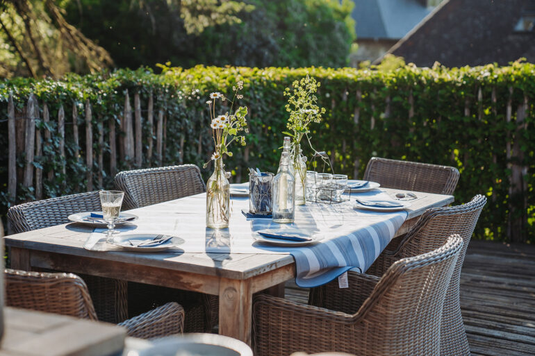 Binnenplaats La-Bastide lange tafels gezellig samen eten