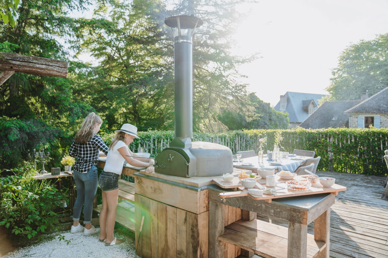 Binnenplaats La-Bastide pizzaoven pizzaavond op het kleinschalig kindvriendelijk vakantiedomein La-Bastide