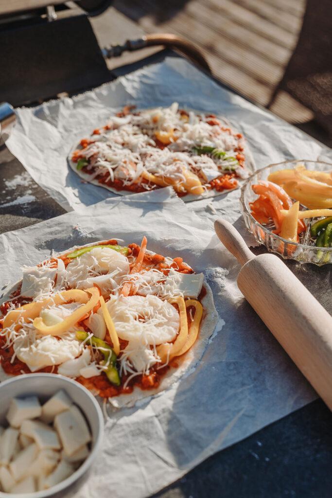 Binnenplaats La-Bastide pizzaoven zelf je pizzamaken met deeg en lekker vers beleggen met groente en salami