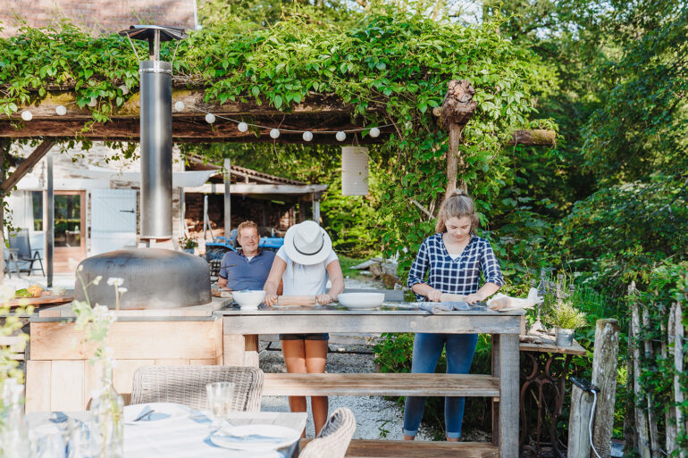 Binnenplaats La-Bastide pizzaoven pizza bakken met de kinderen op vakantie