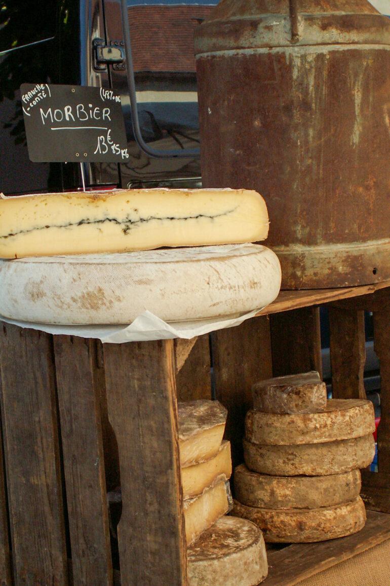 Brocantes en markten in de Haute-Vienne Franse kaas streekproducten kraam