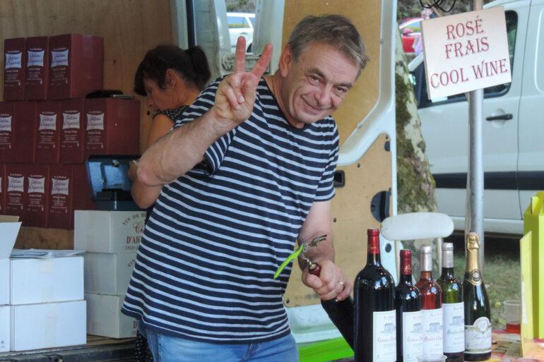 Brocantes en markten in de Haute-Vienne Franse wijn op de markt