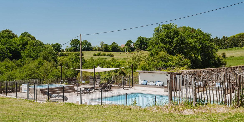 De twee zwembaden op La-Bastide vakantiedomein Frankrijk landschap Haute-Vienne