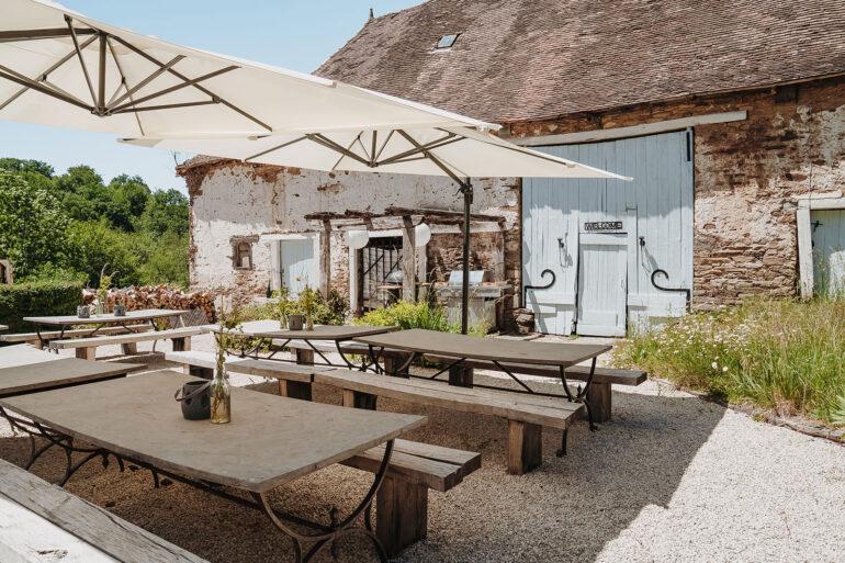 Eten en Loungen La-Bastide lange tafels gezellig samen eten