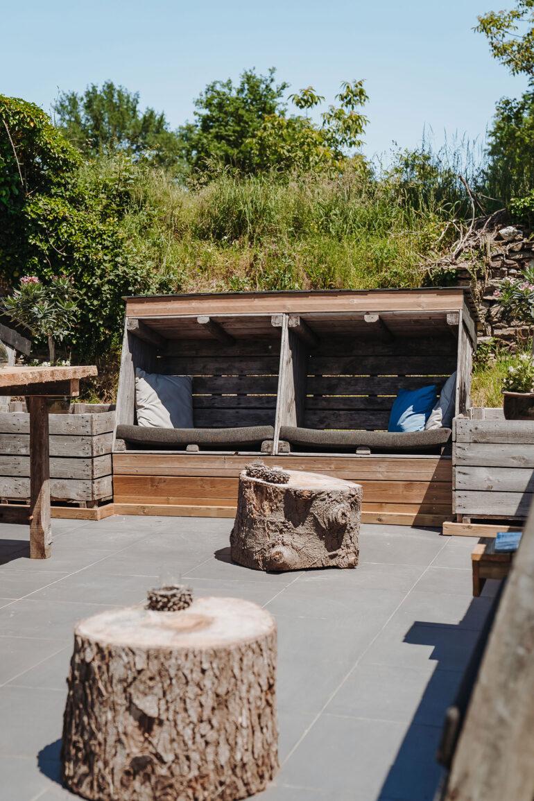 Eten en Loungen La-Bastide loungeplek heerlijke lounge stoelen gemaakt van appelkisten