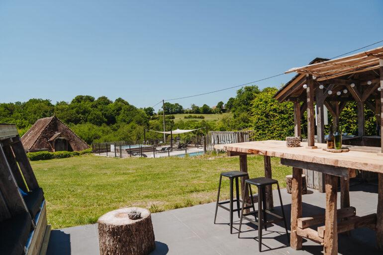 Eten en Loungen La-Bastide loungeplek met uitzicht op het zwembad en de landelijke ligging