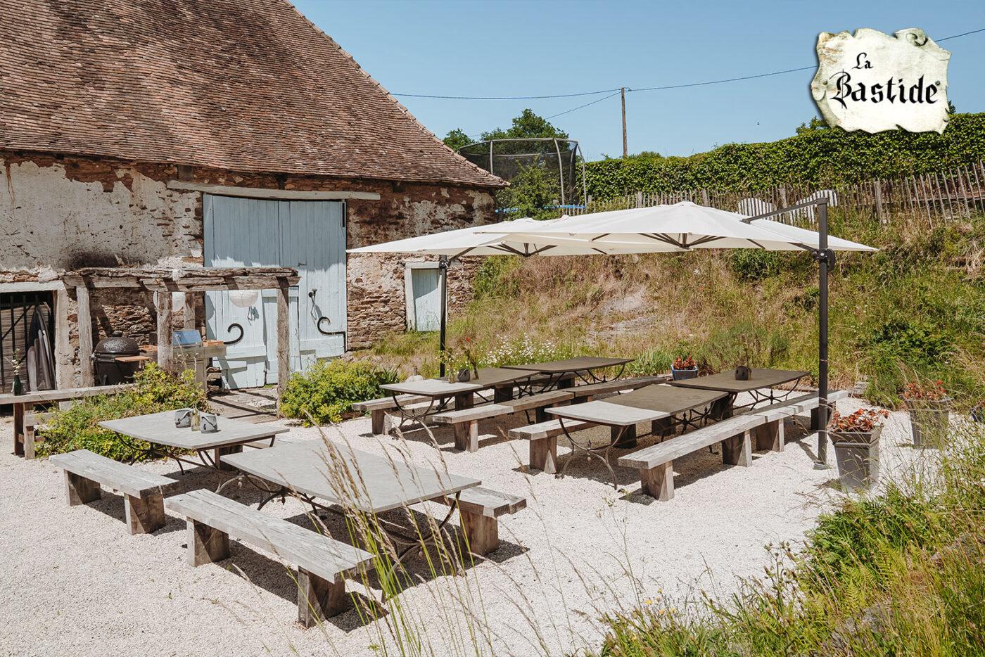 Eten en Loungen La-Bastide vakantiedomein bbq plek voor het oude koetshuis