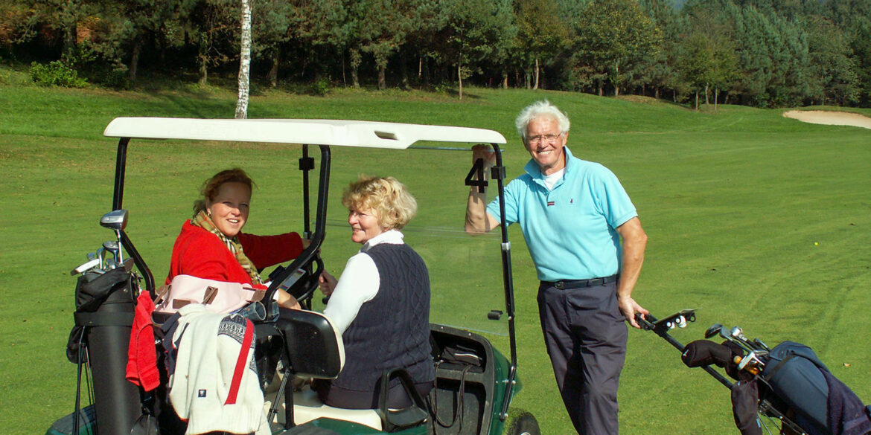Golf in Frankrijk sportactiviteiten golfers met golfkar in Haute-Vienne Nouvelle-Aquitaine