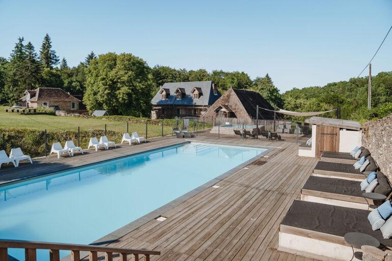 Groot zwembad met heerlijke ligbedden met zachte kussens op La-Bastide