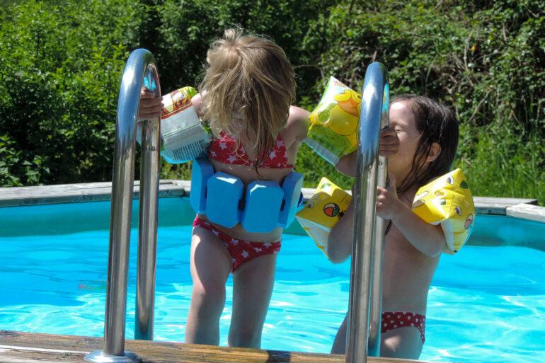 Kinderzwembad kinderen met zwembandjes op La-Bastide vakantiedomein zwemmen