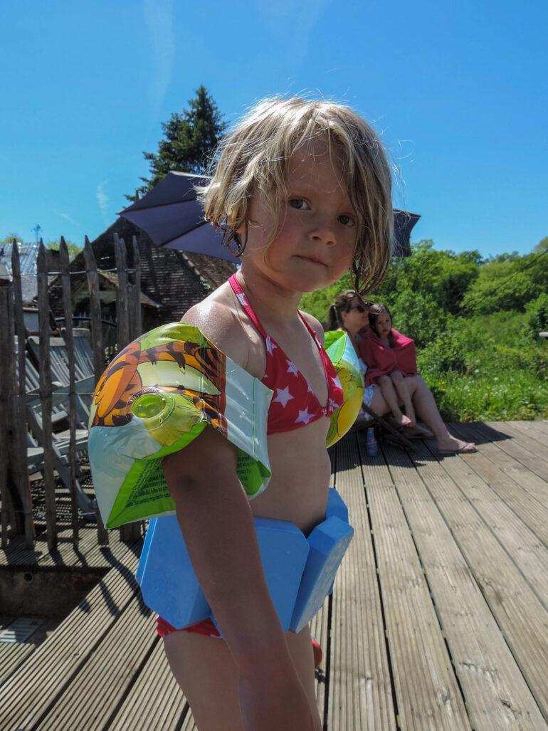 Kinderzwembad meisje met zwembandjes op La-Bastide vakantiedomein zwemmen