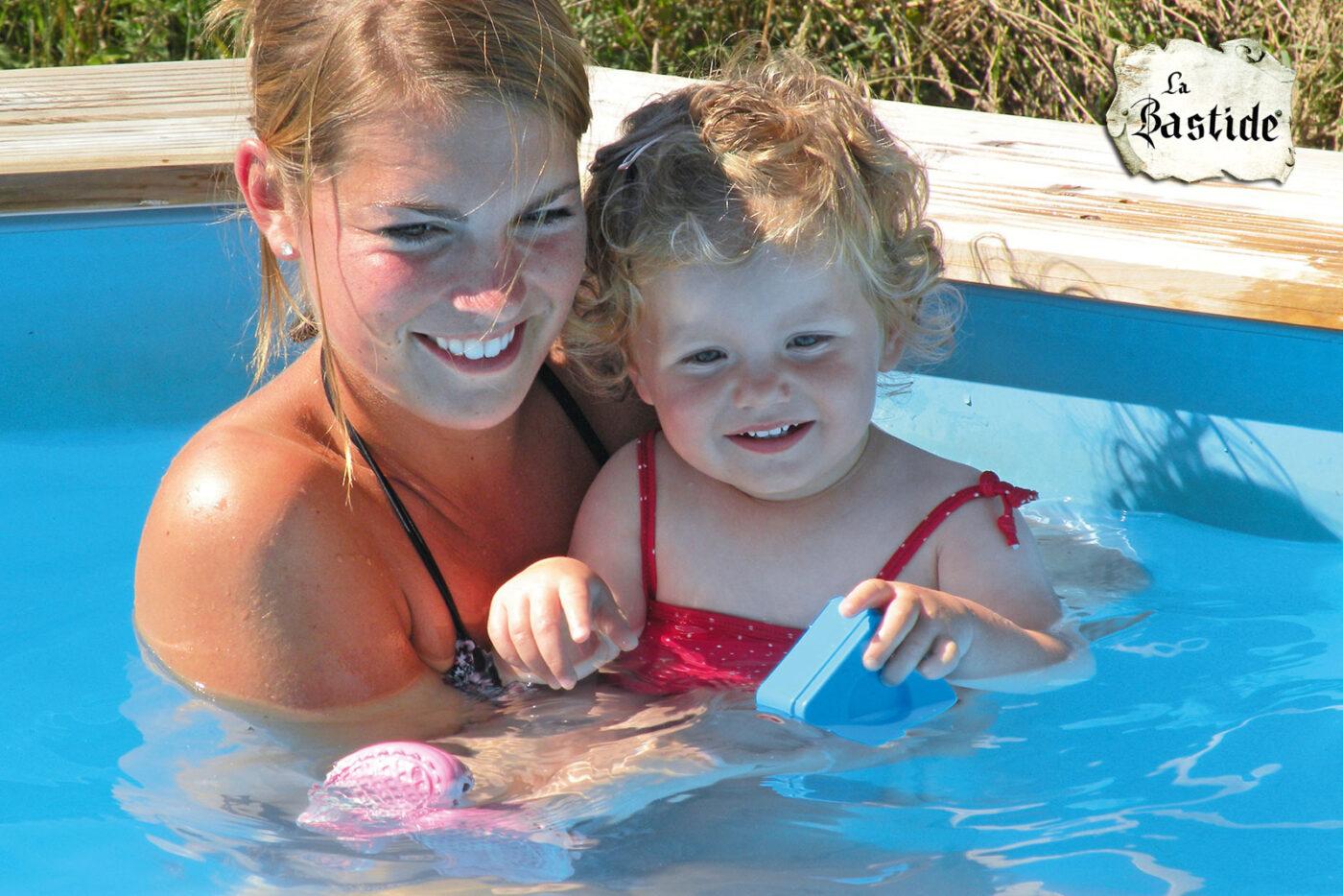 Kinderzwembad op La-Bastide moeder en dochter zwemmen vakantiedomein zwemmen