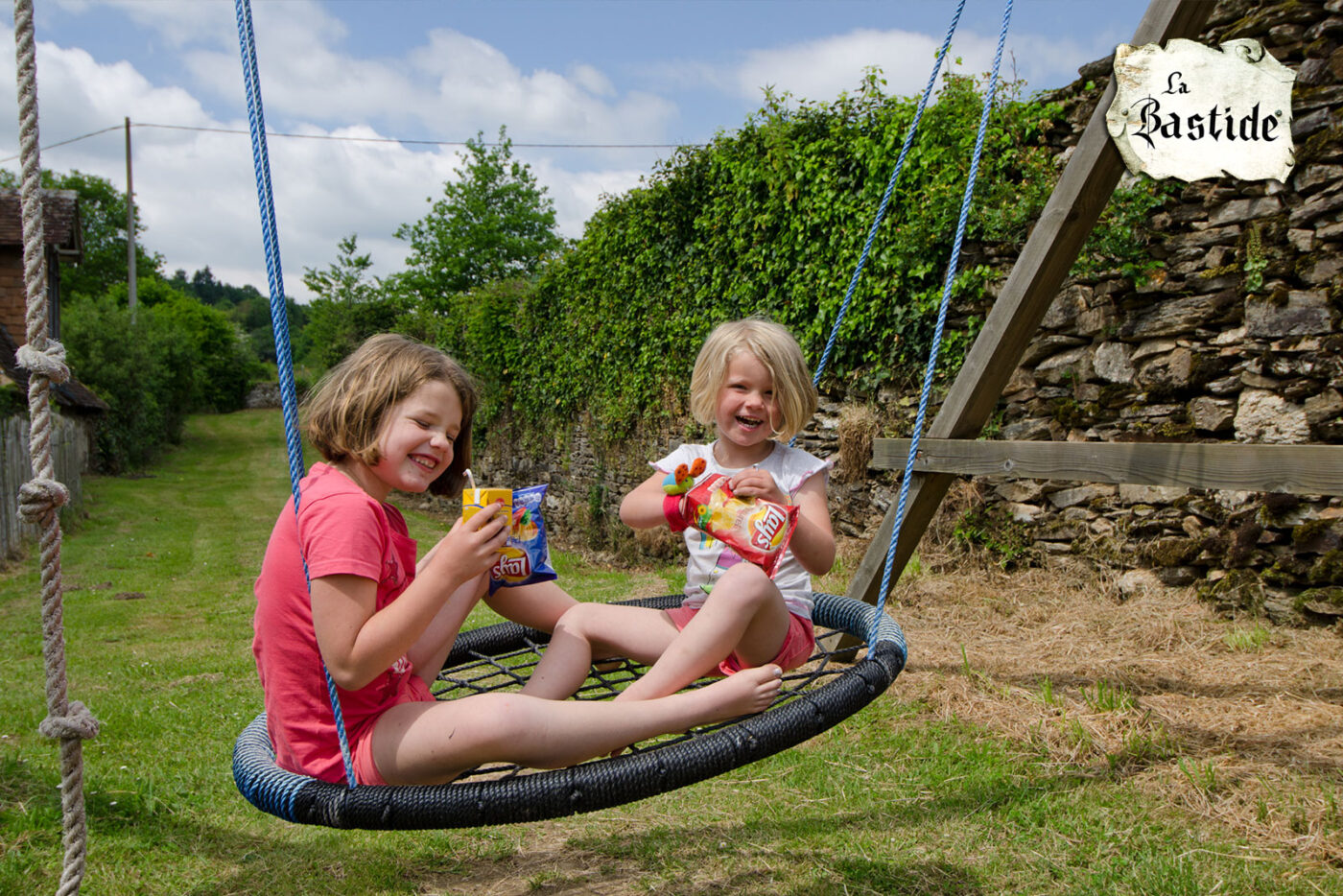 Kindvriendelijk vakantiedomein Frankrijk speeltoestel met schommel en klimkoord
