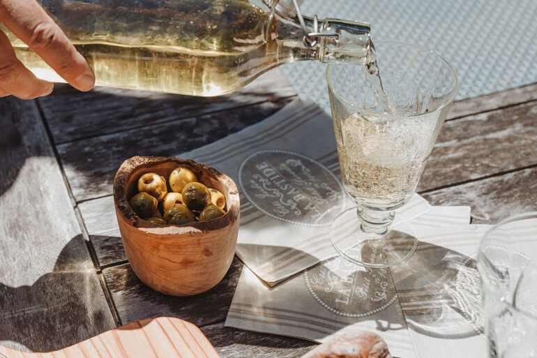 La-Bastide sfeerfoto borreltijd met lekkere borrelplank en een Frans wijntje