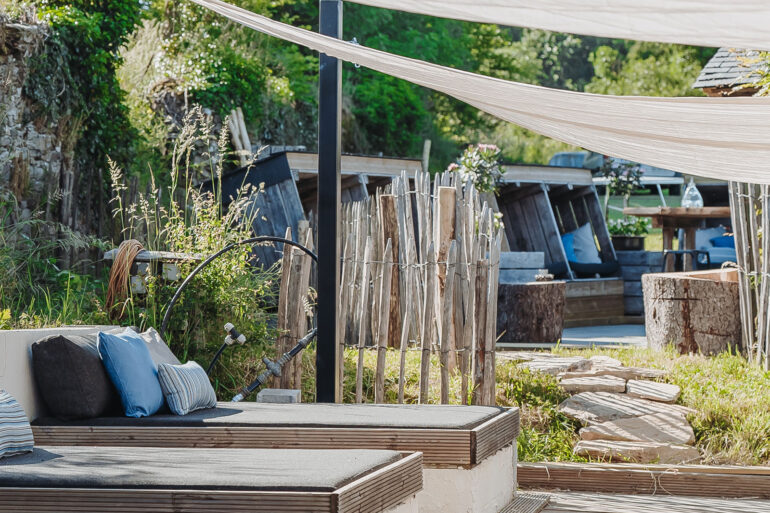 Loungeplek La-Bastide loungeterras met doorgang naar bovenliggende terras bij het zwembad