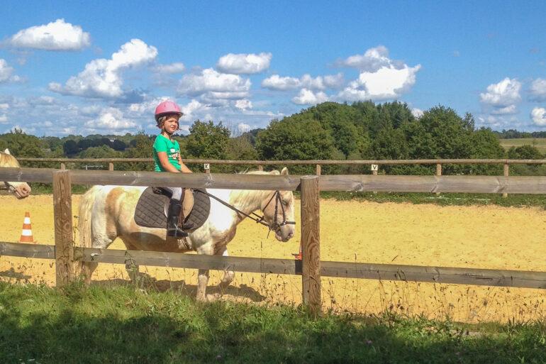 Paardrijden in Frankrijk manege kinderen sportactiviteiten Haute-Vienne