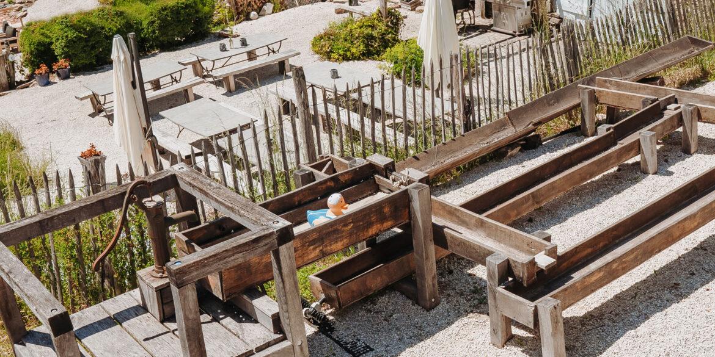 Spelen La-Bastide waterspeelbaan met lager gelegen de bbq plek