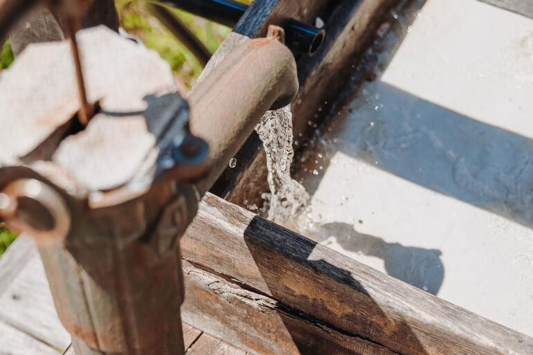 Spelen La-Bastide waterspeelbaan waterpomp pomp het water in de bak
