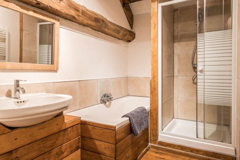 Vakantiehuis Bourgogne La-Bastide badkamer met ligbad en aparte douche