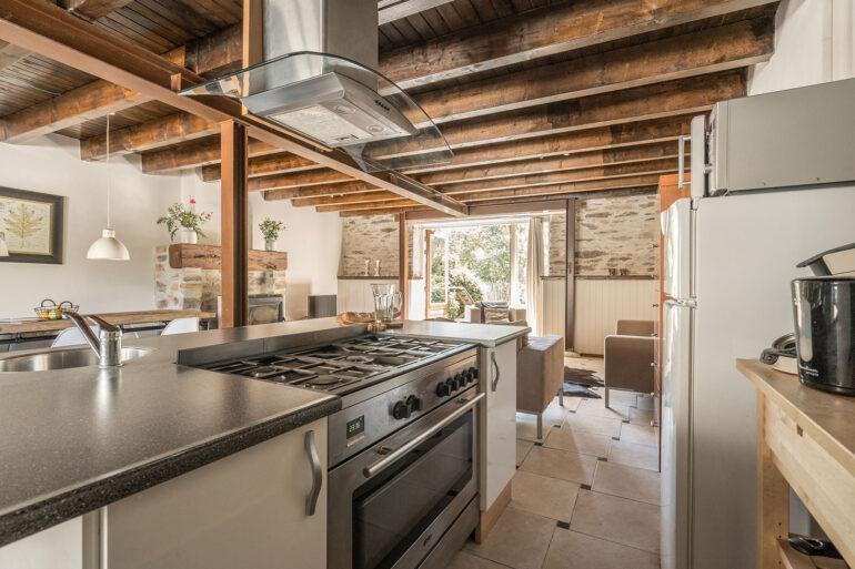 Vakantiehuis Bourgogne La-Bastide keuken groot gasfornuis met oven