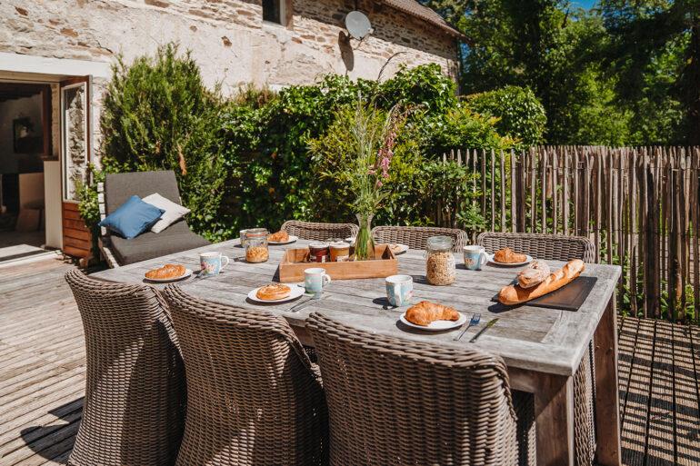 Vakantiehuis Bourgogne La-Bastide terras acheter tuinmeubilair ontbijtje