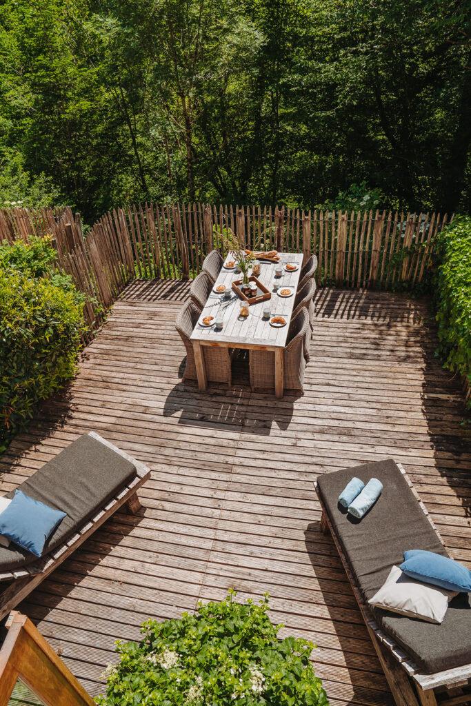Vakantiehuis Bourgogne La-Bastide terras achter tuinmeubels foto van bovenaf