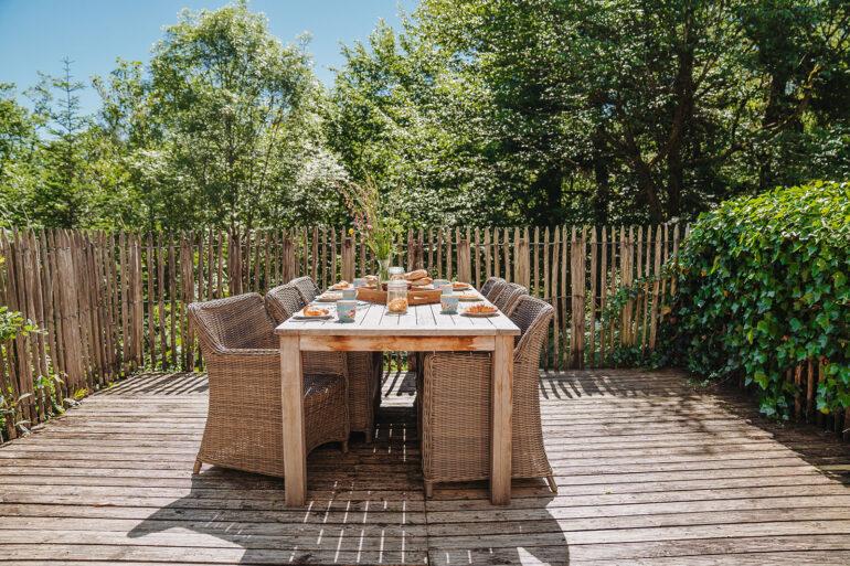 Vakantiehuis Bourgogne La-Bastide terras tuintafel met lekkere zit stoelen