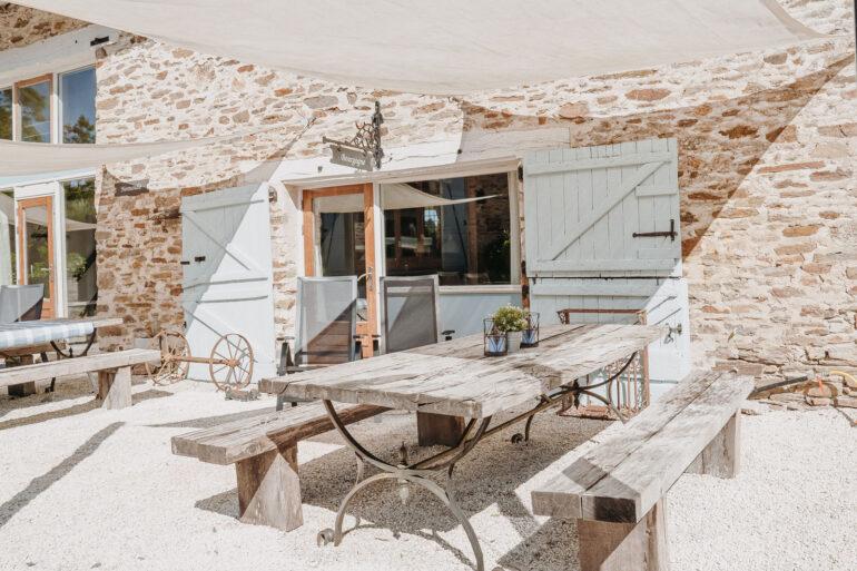 Vakantiehuis Bourgogne La-Bastide voorkant mooie robuuste buitentafel en twee heerlijke relax stoelen om te zonnen