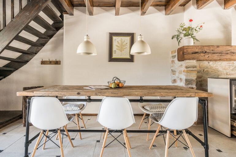 Vakantiehuis Bourgogne La-Bastide woonkamer eettafel industrieel interieur