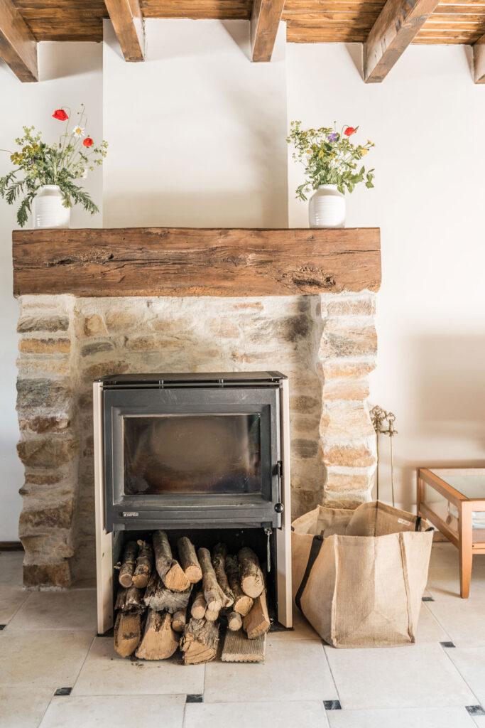 Vakantiehuis Bourgogne La-Bastide woonkamer houtkachel