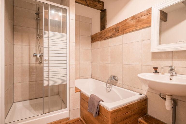 Vakantiehuis Bretagne La-Bastide badkamer heerlijk ligbad douche en wastafel