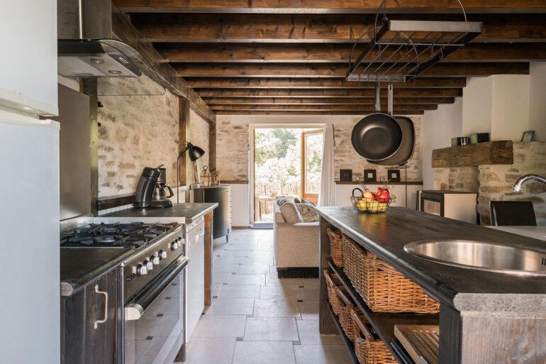 Vakantiehuis Bretagne La-Bastide keuken doorkijk woonkamer