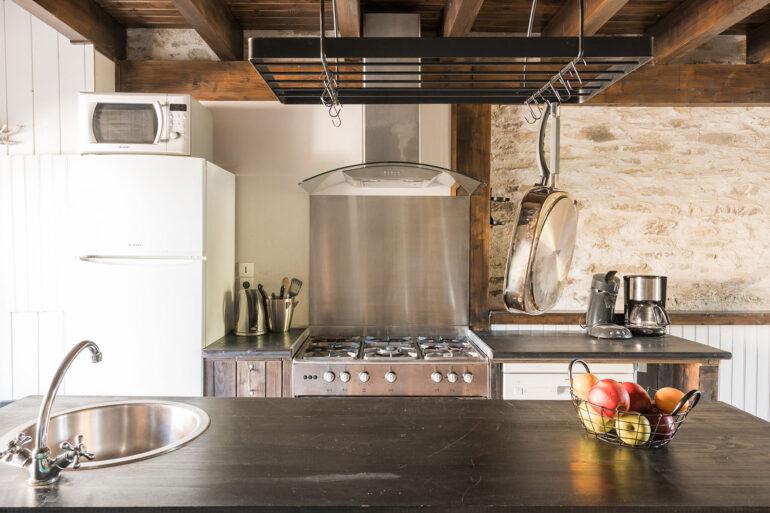 Vakantiehuis Bretagne La-Bastide keuken open keuken met spoeleiland en groot gasfornuis