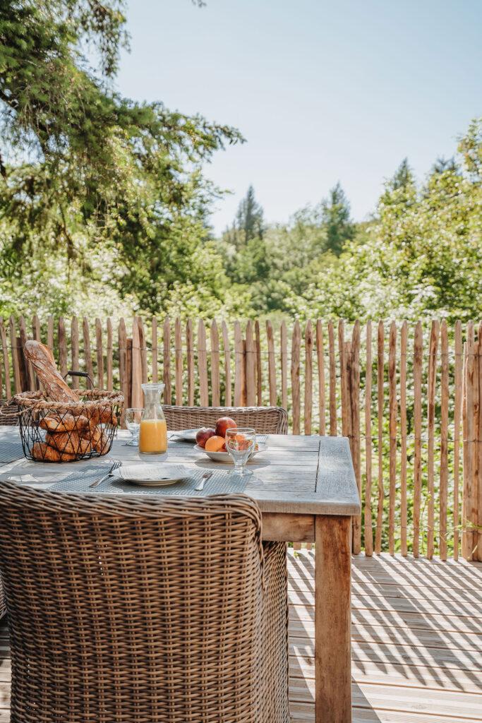 Vakantiehuis Bretagne La-Bastide terras gezellig achter terras ontbijtje