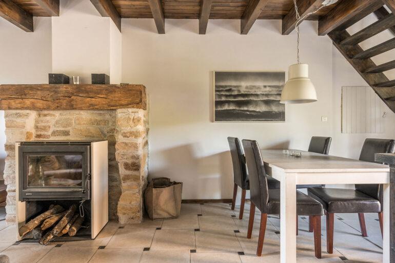Vakantiehuis Bretagne La-Bastide woonkamer sfeervolle eethoek haarschouw en houtkachel