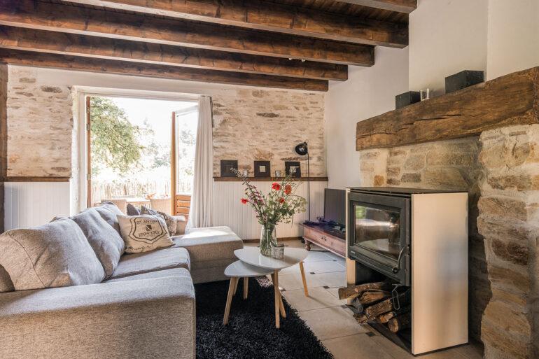 Vakantiehuis Bretagne La-Bastide woonkamer sfeervolle zithoek om houtkachel