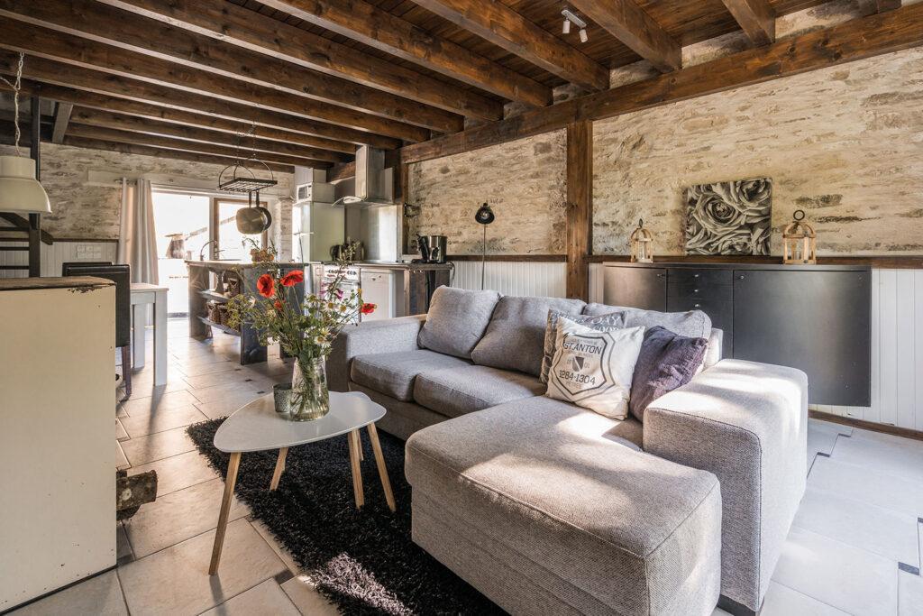 Vakantiehuis Bretagne La-Bastide woonkamer zithoek met bank met chaiselonge