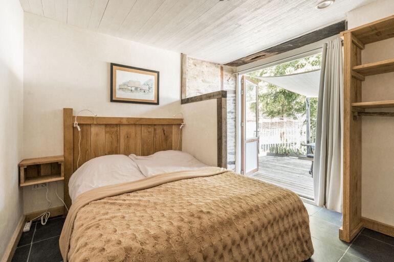 Vakantiehuis Dordogne La-Bastide slaapkamer met openslaande deuren naar terras