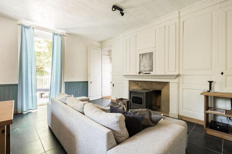 Vakantiehuis Dordogne La-Bastide woonkamer zithoek met deur naar terras