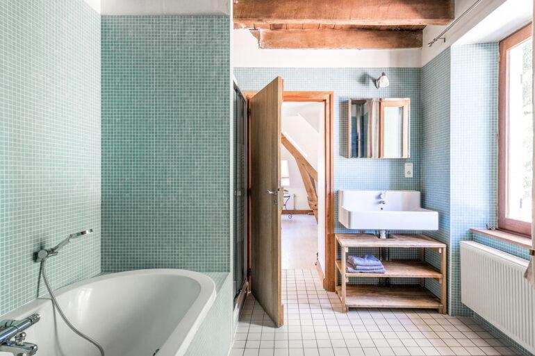 Vakantiehuis Haute-Vienne La-Bastide badkamer ligbad aparte douche wastafel