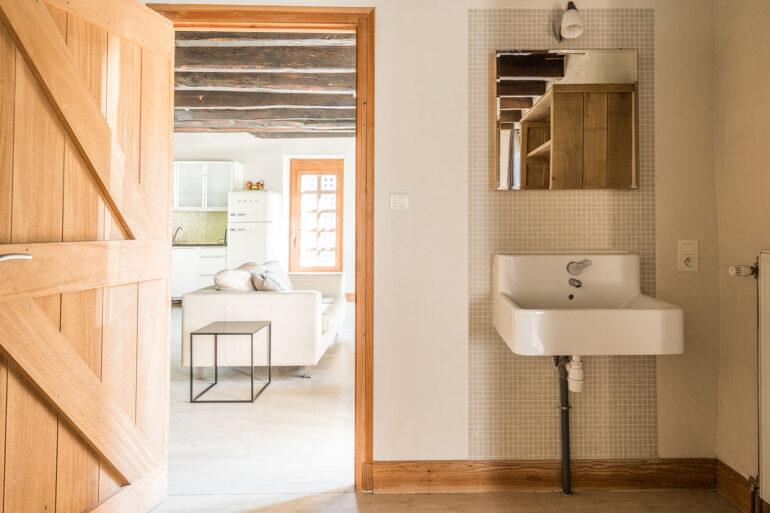 Vakantiehuis Haute-Vienne La-Bastide slaapkamer aan de woonkamer met aparte wastafel