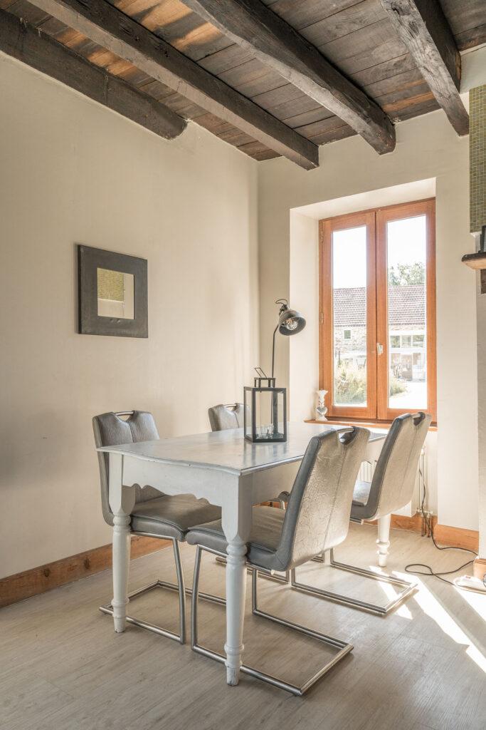 Vakantiehuis Haute-Vienne La-Bastide woonkamer eettafel bij woonkamerraam