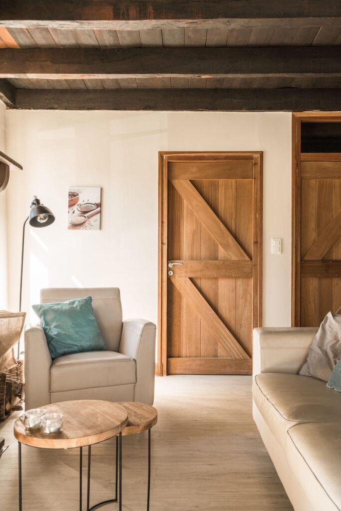 Vakantiehuis Haute-Vienne La-Bastide zithoek met deur naar slaapkamer