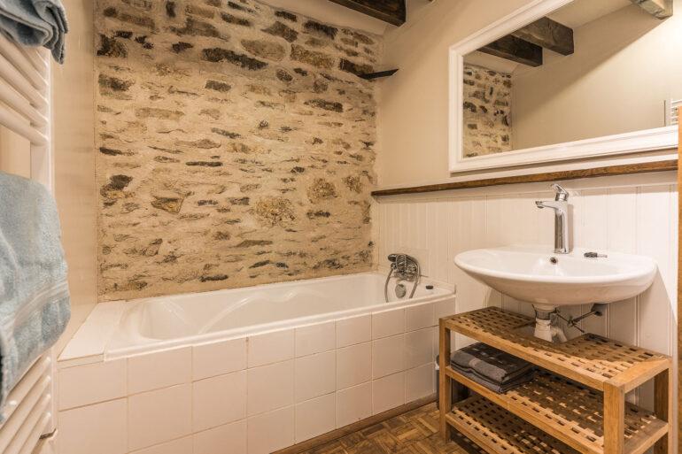Vakantiehuis Limousin La-Bastide badkamer met ligbad en aparte douche