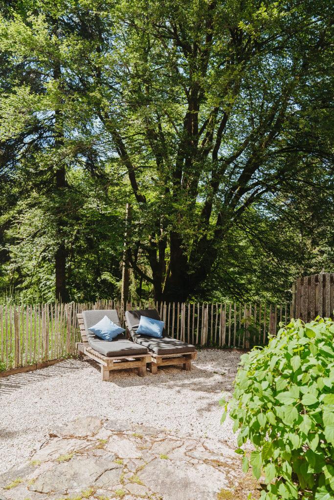 Vakantiehuis Limousin La-Bastide terras achter lekkere ligbedden